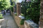 изграждане на огради от декоративен камък тип сух зид