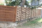 висока ограда дървена