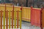изработка на дървени огради с метални профили
