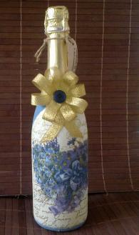 Бутилка шампанско, украсена с техника декупаж
