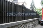 плътна кована ограда