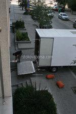 преместване чрез качване на товари в камион