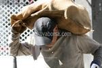 Пренасяне на товари с хамали чрез чрез стреч фолио