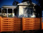изграждане на дървени огради от чам с цветно лакиране