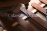 изработка на дървени огради от дървени пана с цветен лак