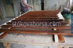дървени огради с цветено лакиране