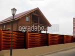 дървени огради от дървени пана с цветен лак
