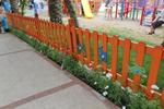 цветна дървена ограда за детска площадка