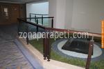 изработка на дървени парапети със стъклена преграда