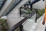 стъклен парапет по поръчка с дървена рамка